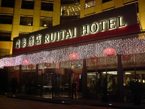 Ruitai Hongqiao Hotel: looks quite nice in the dark, from the outside!