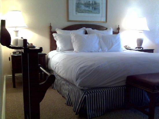 Ritz-Carlton St. Louis: From the door into the bedroom looking towards the bed