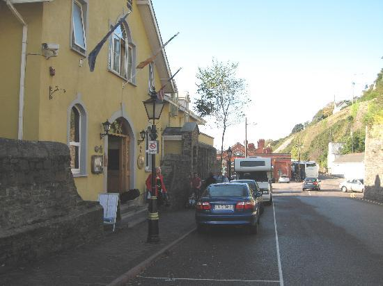 Коб, Ирландия: Watersedge Hotel, Cobh, right on the waters edge & 1 minute walk to the 'Queenstown Story'