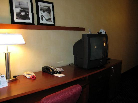 Courtyard by Marriott Phoenix Mesa: Desk & TV