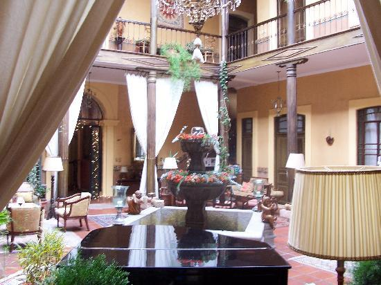 Mansion Alcazar Boutique Hotel: View from downstairs room to center courtyard
