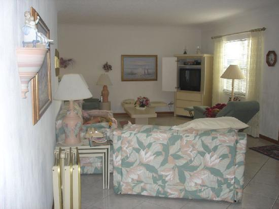 Deerfield Buccaneer Resort Apartments: living room unit 7