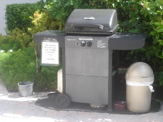 Deerfield Buccaneer Resort Apartments: grill for guest use