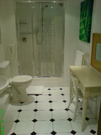 Hudsons Guest House: suite bathroom