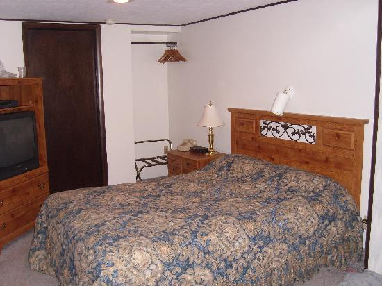 Lake N Pines Motel: Room with Queen Bed