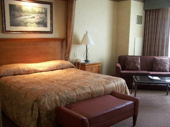 Harrah's Cherokee Casino & Hotel: Luxury bed and comfy sitting area