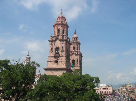 Morelia, Mexiko: View of cathedral/parade from bar