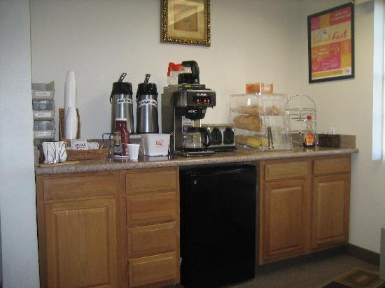 Econo Lodge Rome: The breakfast area