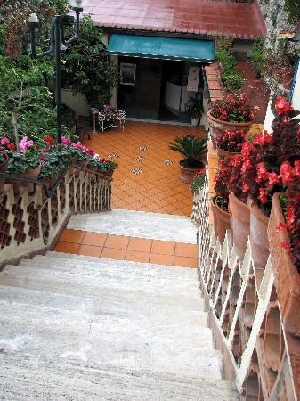 Hotel Ristorante Garden: Down to hotel entrance