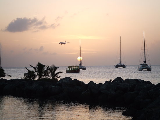 Tobago: Plane arriving at Sunset
