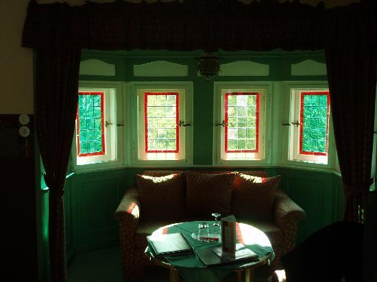Hotel-Garni Hornburg: Stained glass and couch in room!