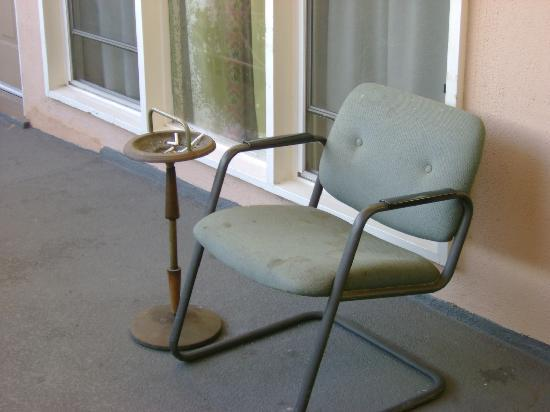 Bevonshire Lodge Motel: smoking area on deck, with very dirty chair
