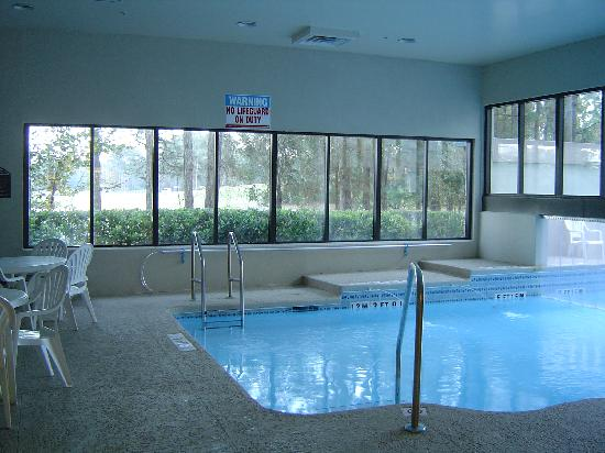 Wingate by Wyndham Jacksonville / Mayo Clinic Area: Pool with view of golf course