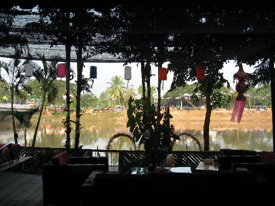 Hollanda Montri Guesthouse: The view through the bar/resturant to the river.