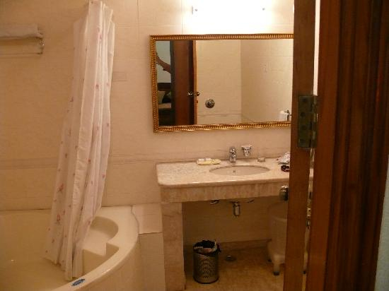 Hotel Singh Sahib: 1st floor suite bathroom