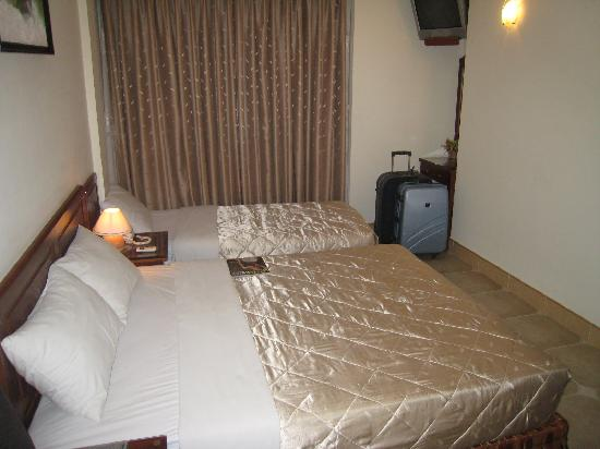 โรงแรมดึ๊กเวือง: deluxe room with 1 double and 1 single bed, Room 505 ... so much better!