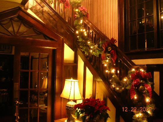 Oak Bay Guest House: Decorated stairwell to second floor