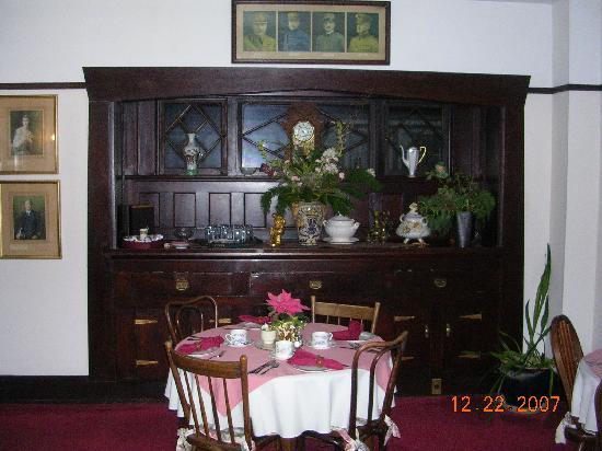 Oak Bay Guest House: Part of the dining room with a nice hutch