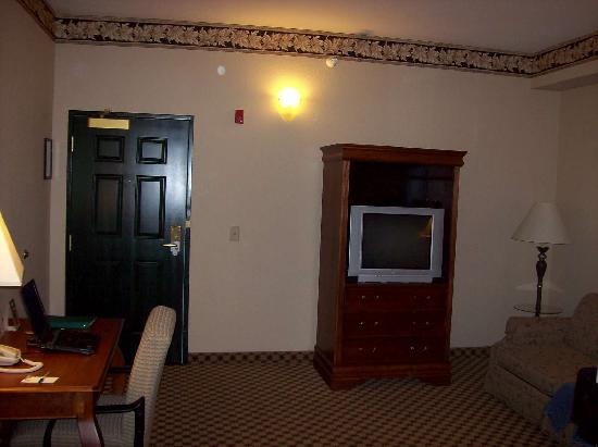 Country Inn & Suites By Carlson, Gainesville: Living room (couch, TV, work desk)