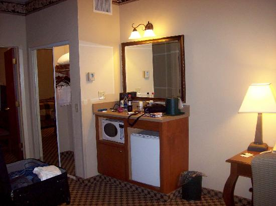 Country Inn & Suites By Carlson, Gainesville: Kitchen and closet areas