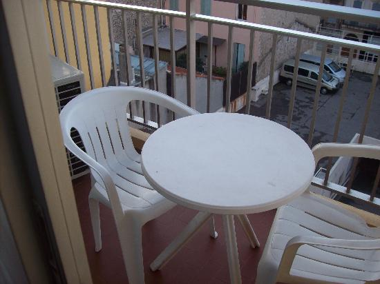 Hotel Cannes Centre: outdoor dining set on the balcony