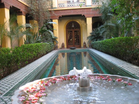 Riyad Al Moussika: Interior garden pool
