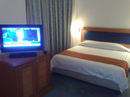 Regalodge Hotel Ipoh: hotel room with LCD TV