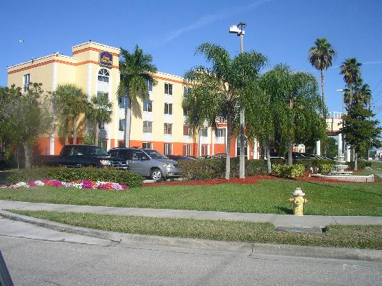 BEST WESTERN PLUS Fort Myers Inn & Suites: Outside of the hotel