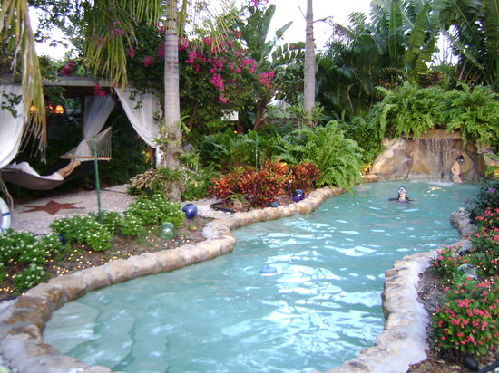 Ed Lugo Resort: pool and hammock