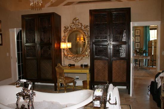 La Residence: Another angle of the bathroom
