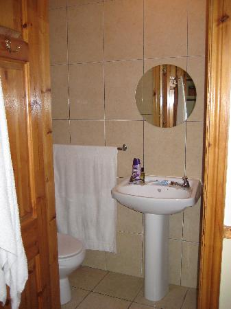 Railway Hostel: Bathroom