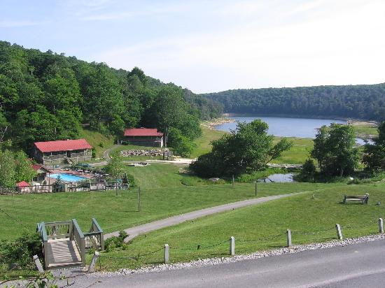 Pembroke, Вирджиния: View of the Virginia Cabin and Lake from the Hotel