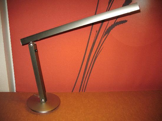 La Quinta Inn & Suites Raleigh Crabtree: Desk Lamp 1
