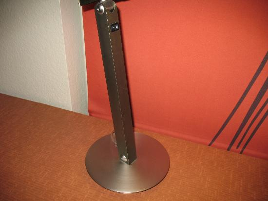 La Quinta Inn & Suites Raleigh Crabtree: Desk Lamp 2