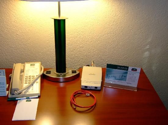 Courtyard by Marriott Fort Myers Cape Coral: Desk with internet connection