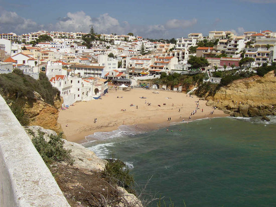 ‪‪Carvoeiro‬, البرتغال: Carvoeiro beach and downtown as seen‬