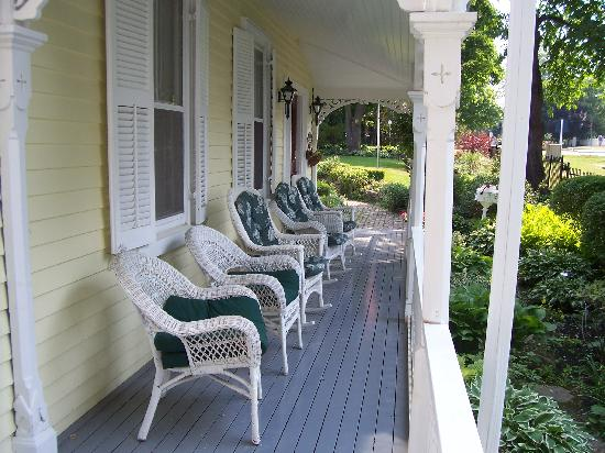 Arbour View B&amp;B: Front porch