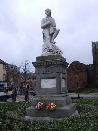 Ferintosh Guest House: Robert Burns Famous Statue memorial