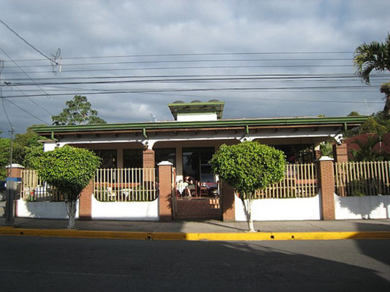 Turrialba, Costa Rica: view of hotel from the street