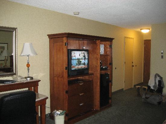 Red Lion Hotel Kelso/Longview: tv &amp; fridge section