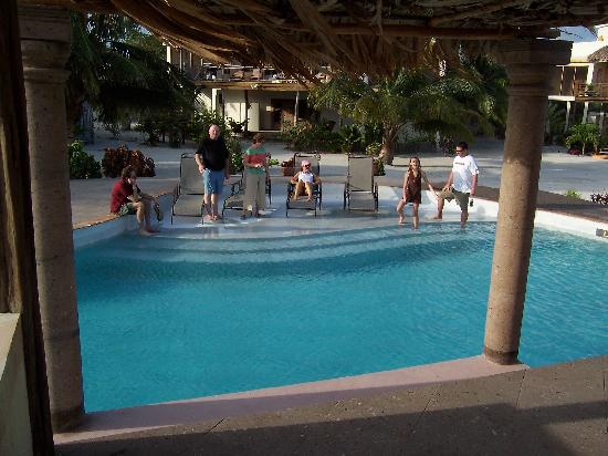 La Perla Del Caribe: family at pool!