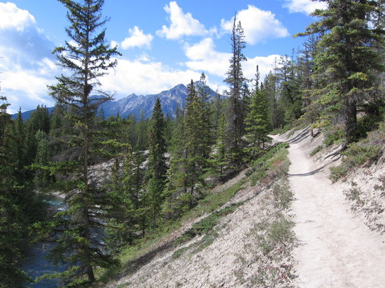 , : Maligne Canyon toward 5th bridge