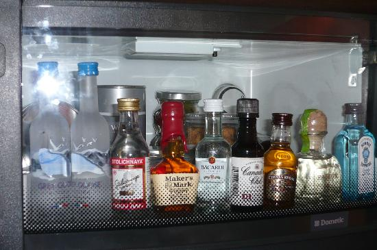 Westin Lombard Yorktown Center: Mini bar in room