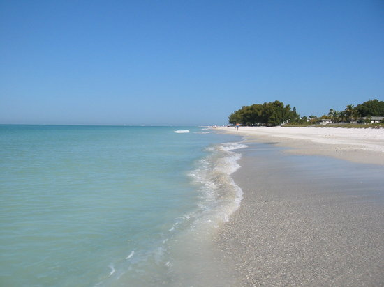 Holmes Beach, FL: The beach at Haleys looking toward Tampa