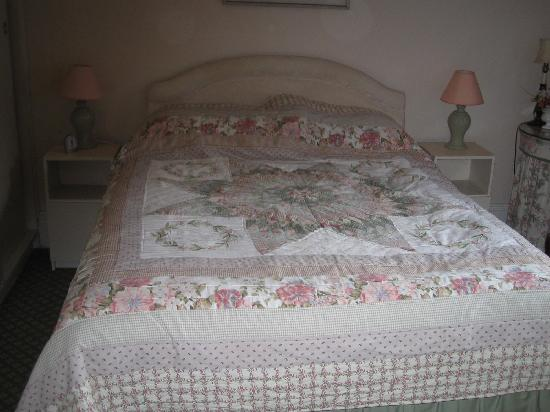 Farthings B & B: The bed of our room