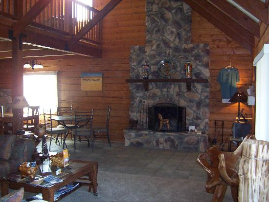 Whisper's Ranch Bed and Breakfast: 1st floor common area