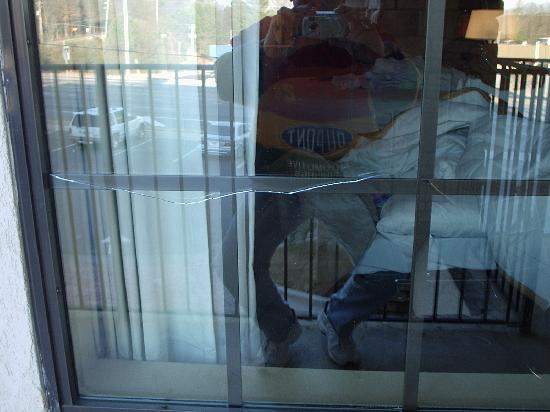 Griffin Inn & Suites: Broken fron window of suite