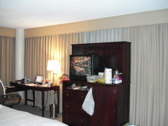 Clarion Hotel Marietta: TV, fridge behind cabinet