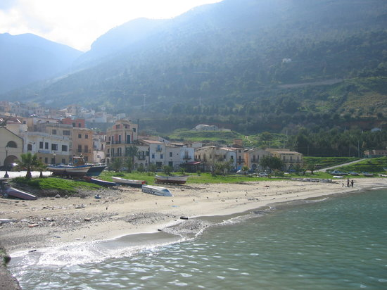 Castellammare del Golfo, Italia: Cala Marina, located at the right end (last yellow house)