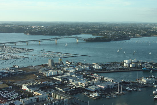 Auckland Centre, Nouvelle-Zélande : Auckland Harbor Bridge from Orbit